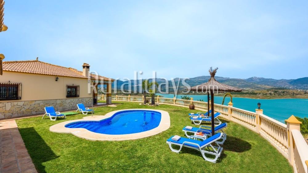 Amazing villa with spectacular lake views (La Viñuela)