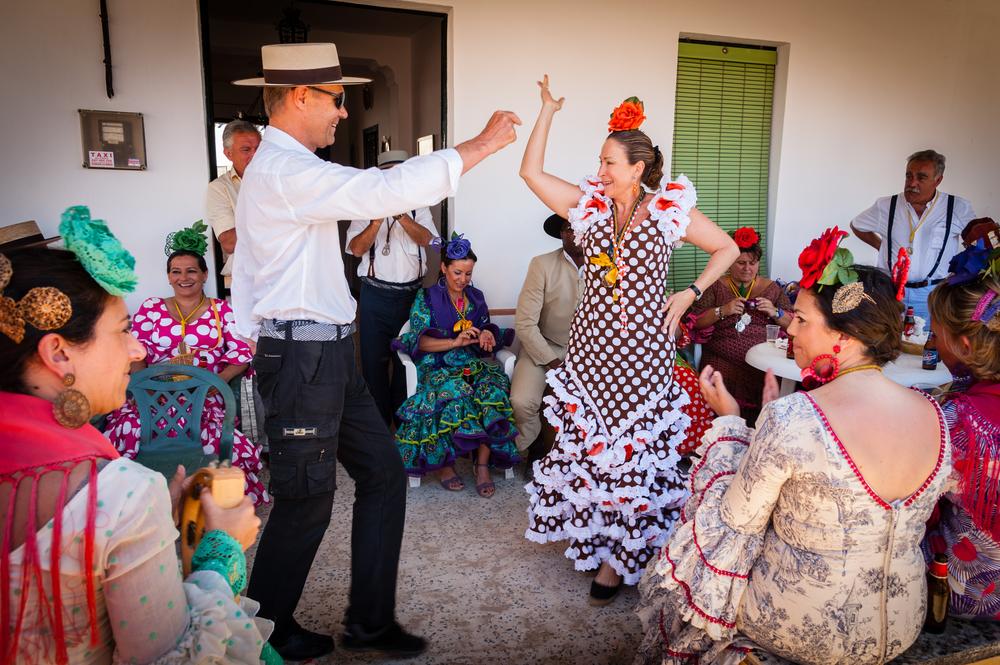 Gente bailando durante la Romería del Rocío