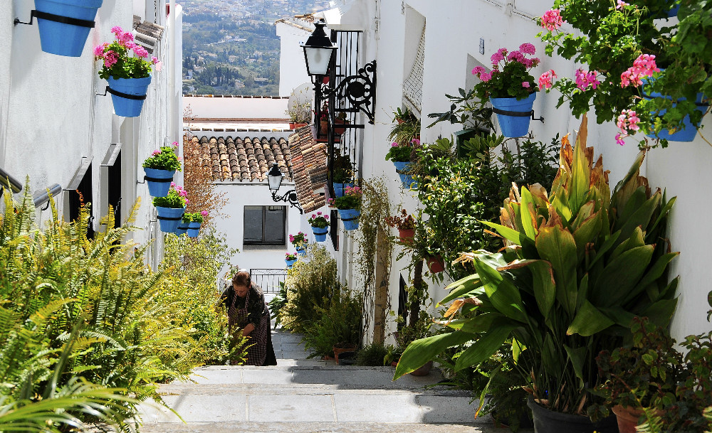 Estecha calle blanca en Mijas