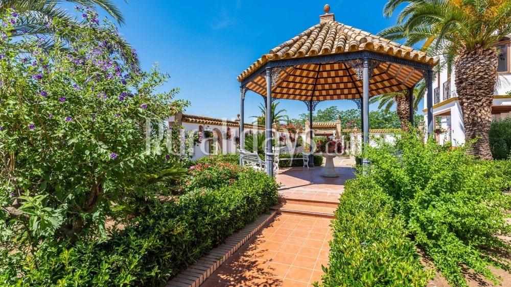 Espectacular villa con fantástico jardín en Lora del Río - SEV1371