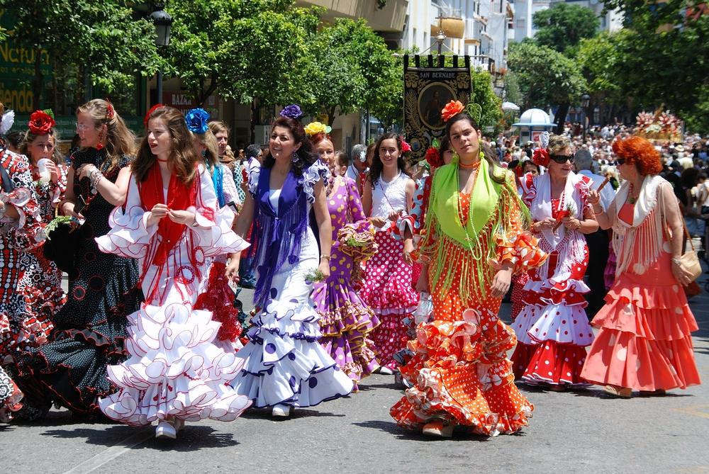 Mujeres con verstidos flamenco en la Feria de Málaga