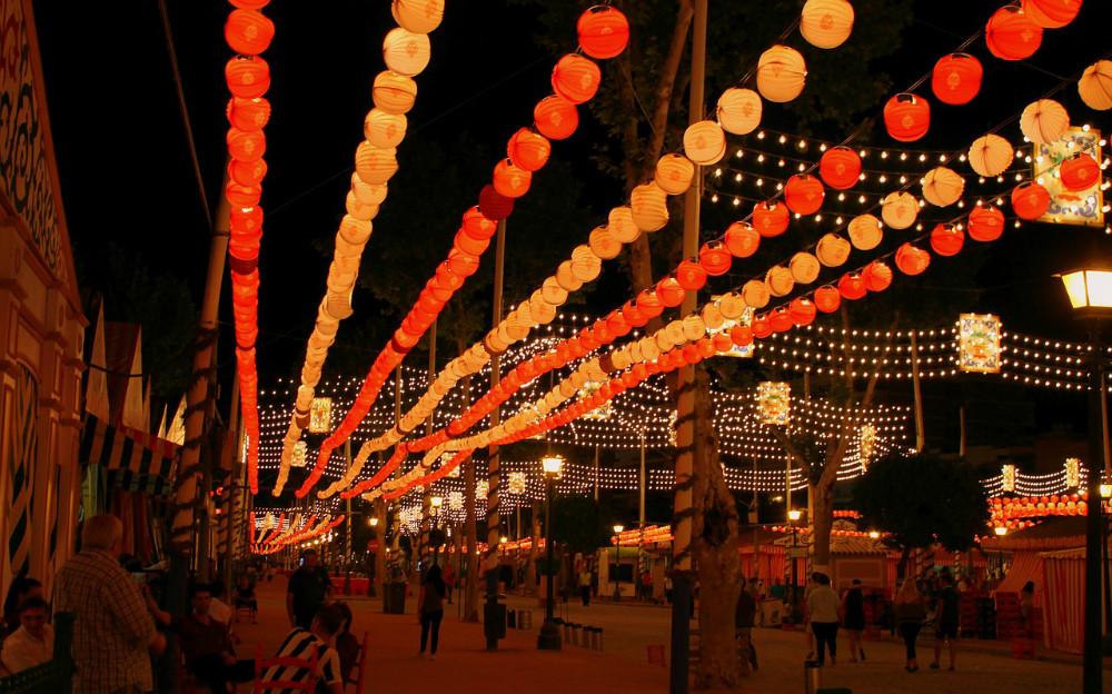 Das Volksfest von Sevilla in der Nacht