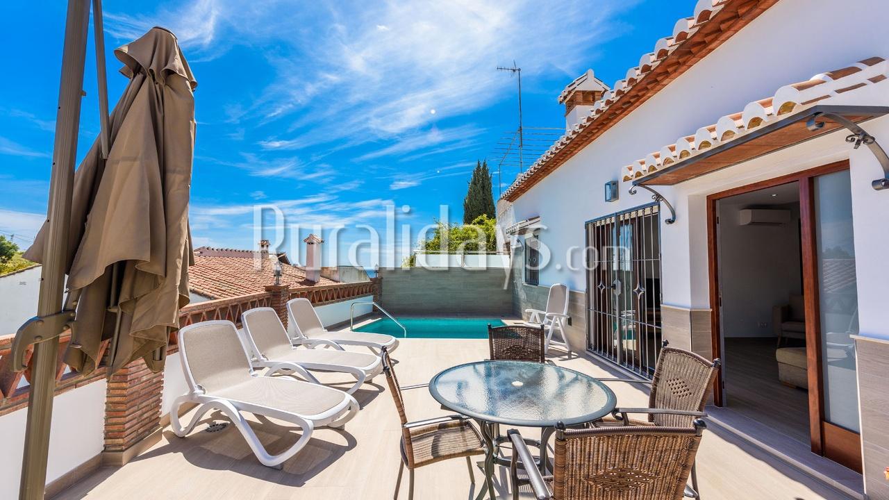 Ferienhaus mit Privatool auf der Terrasse