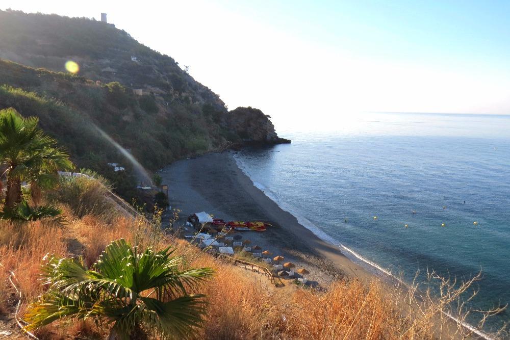 Plage de Maro à Nerja - meilleures plages d'Andalousie
