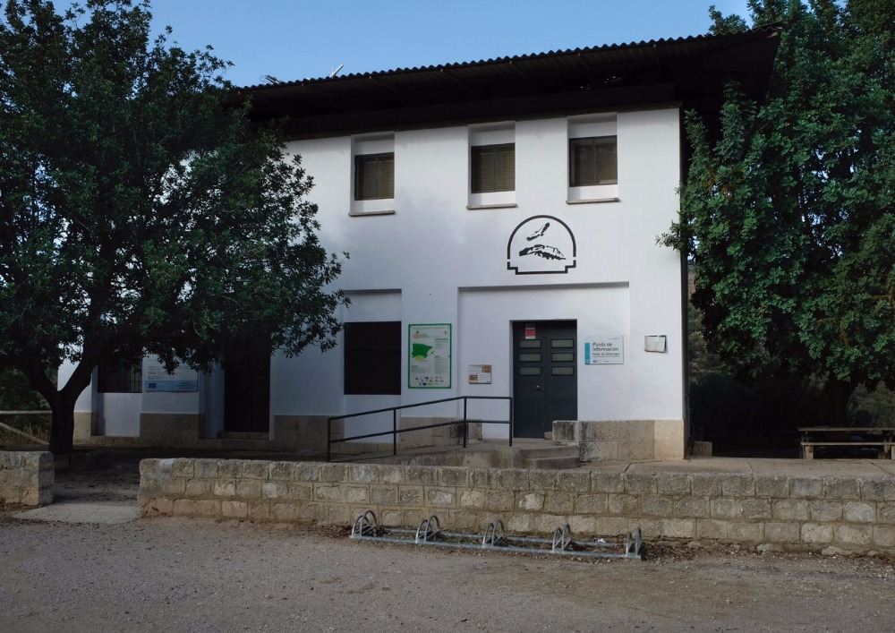 Interpretatiecentrum en ornithologische observatorium in het Via Verde de la Sierra in Cadiz