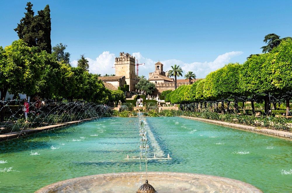 Alcázar with fountains