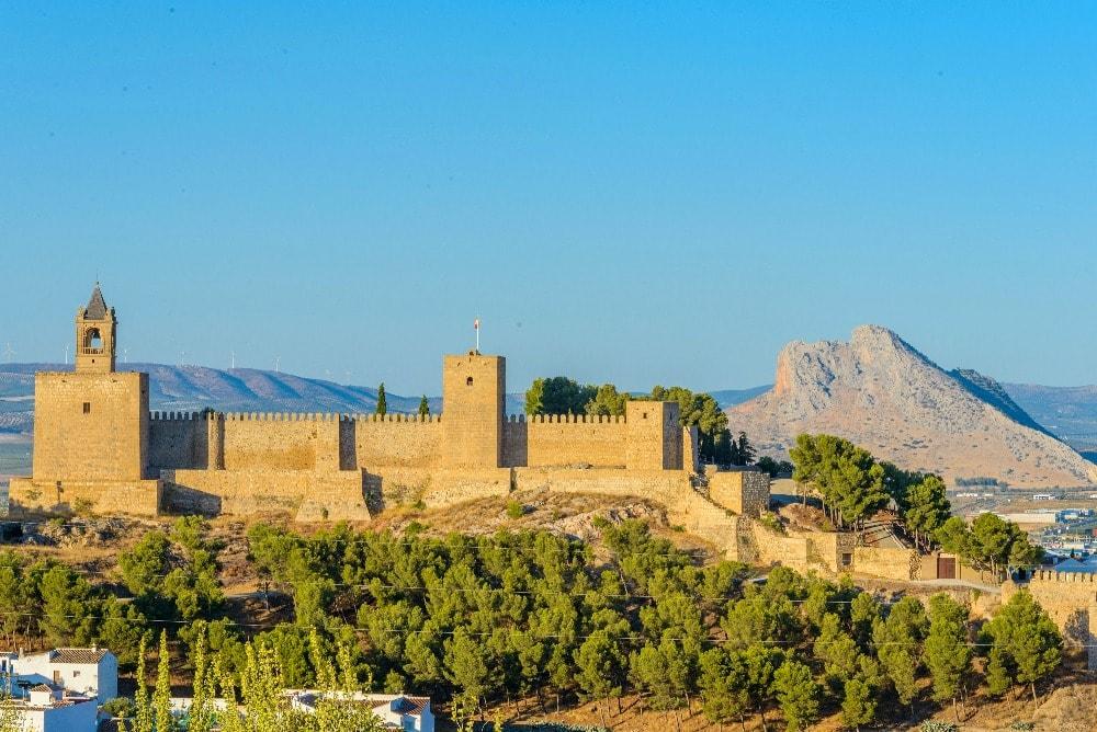 Die ansicht von die Alcazaba und Peña de los Enamorados in Antequera - Andalusien in 14 Tagen