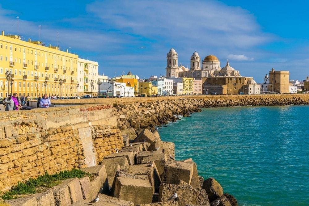 Paseo marítimo con la Catedral de Cádiz en el fondoz - Andalucía en 14 días