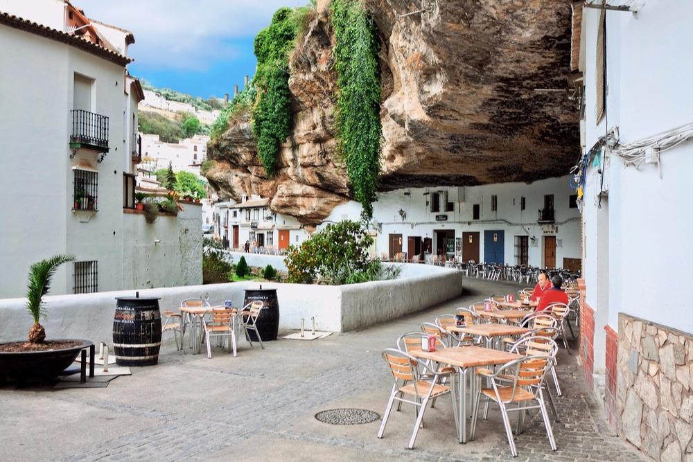 Straat Cuevas de la Sombra in Setenil de las Bodegas