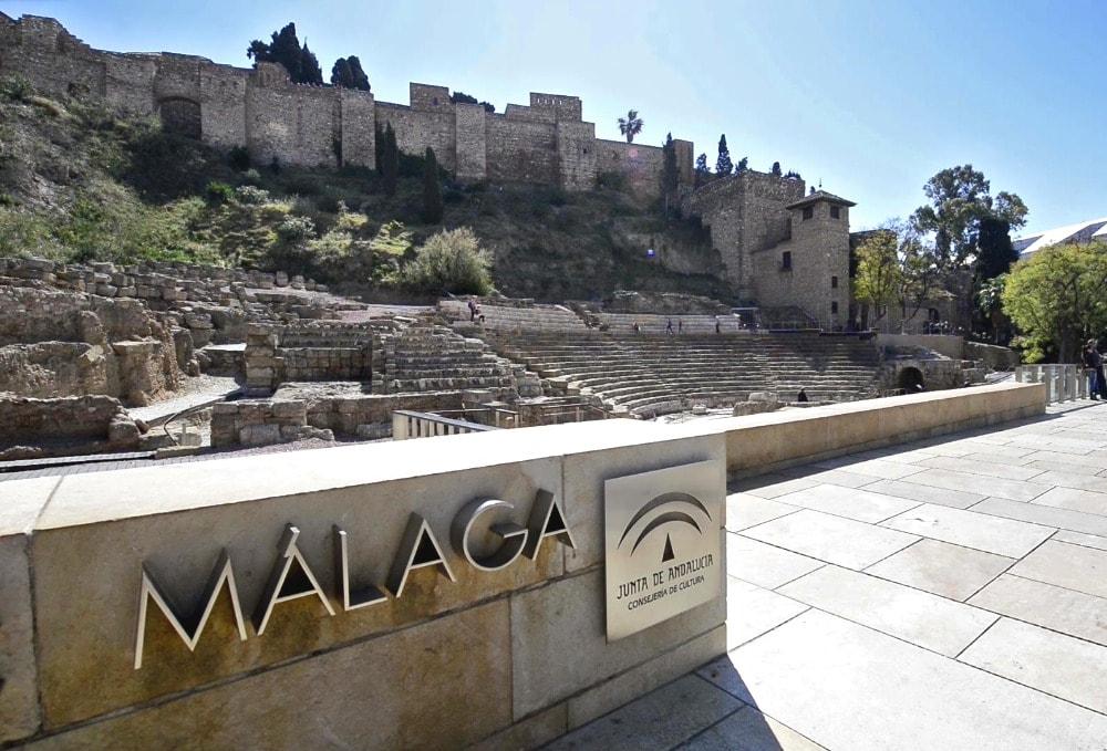 Het Alcazaba en het Romeinse theater op de voorgrond
