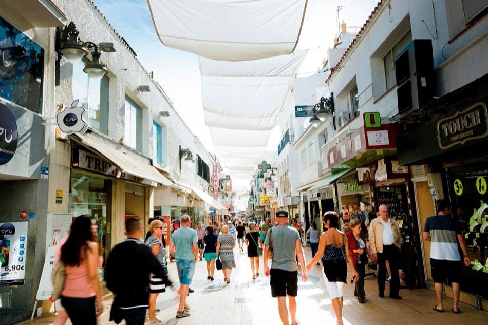 Pasea a lo largo de Calle San Miguel en Torremolinos (Málaga)