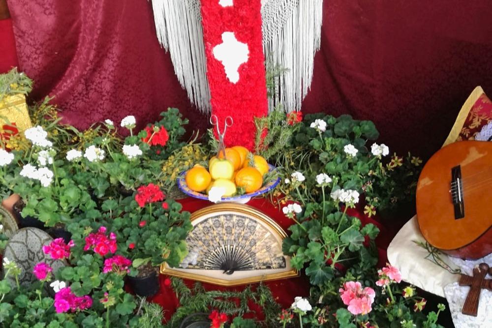Mit Scheren gestochene Peros am Tag des Kreuzes in Granada