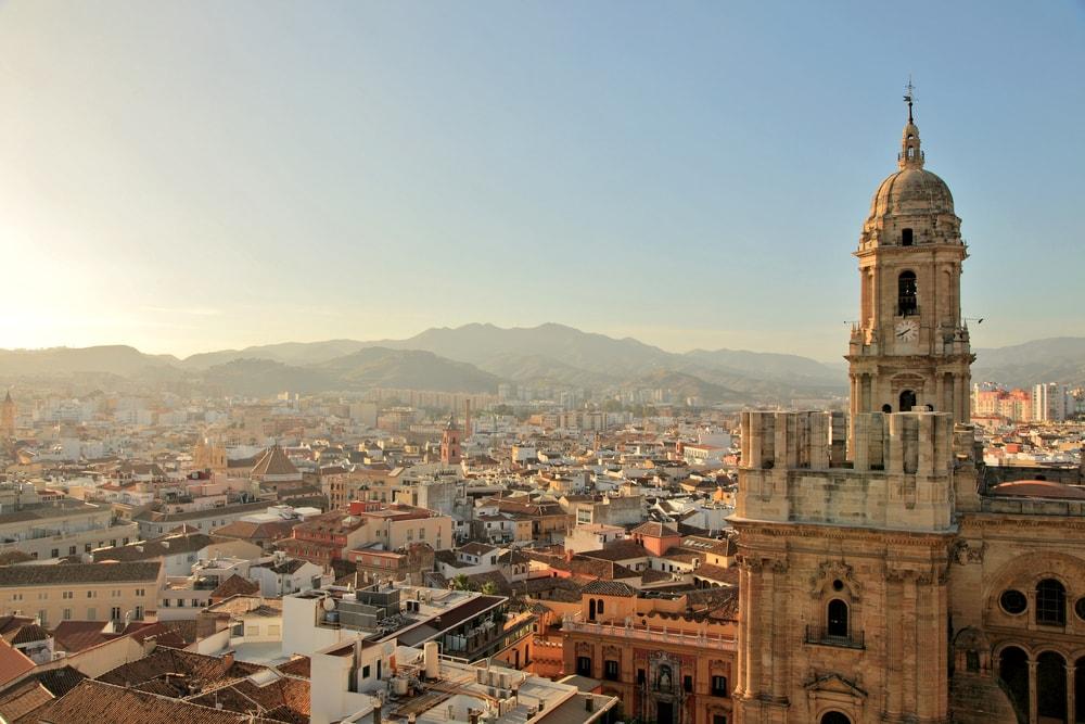 La Manquita se démarquant dans l'horizon de Malaga
