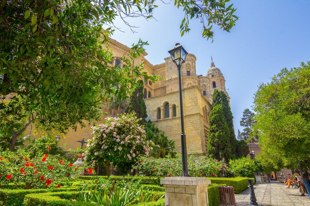 The Patio de los Naranjos van de Kathedraal van Malaga
