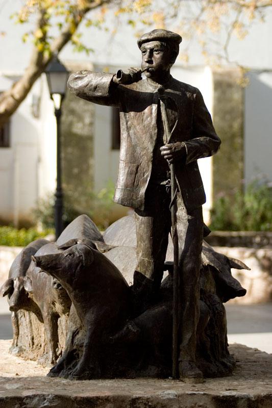 Statue von El Concejil, Symbol des Museo del Jamón in Aracena
