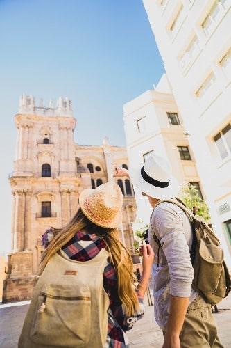 Couple devant la cathédrale de Malaga