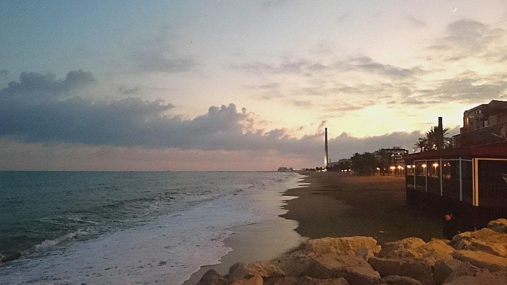 Paseo en Málaga con la Torre Mónica al horizonte - Foto de propiedad de Ruralidays.com