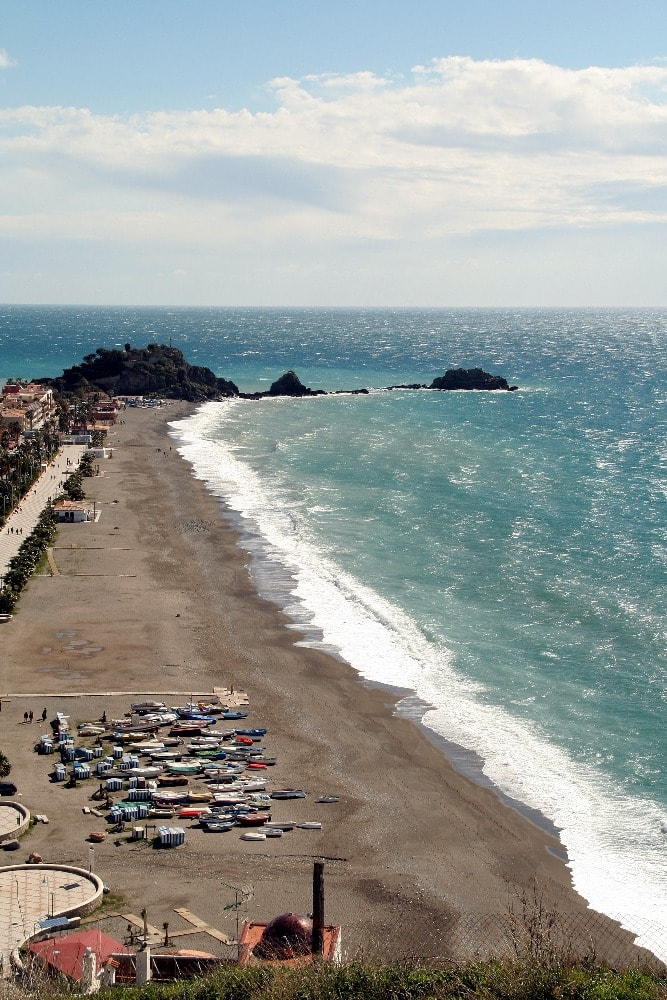 Strand van San Cristóbal in Almuñécar - Wat te doen in Almuñécar
