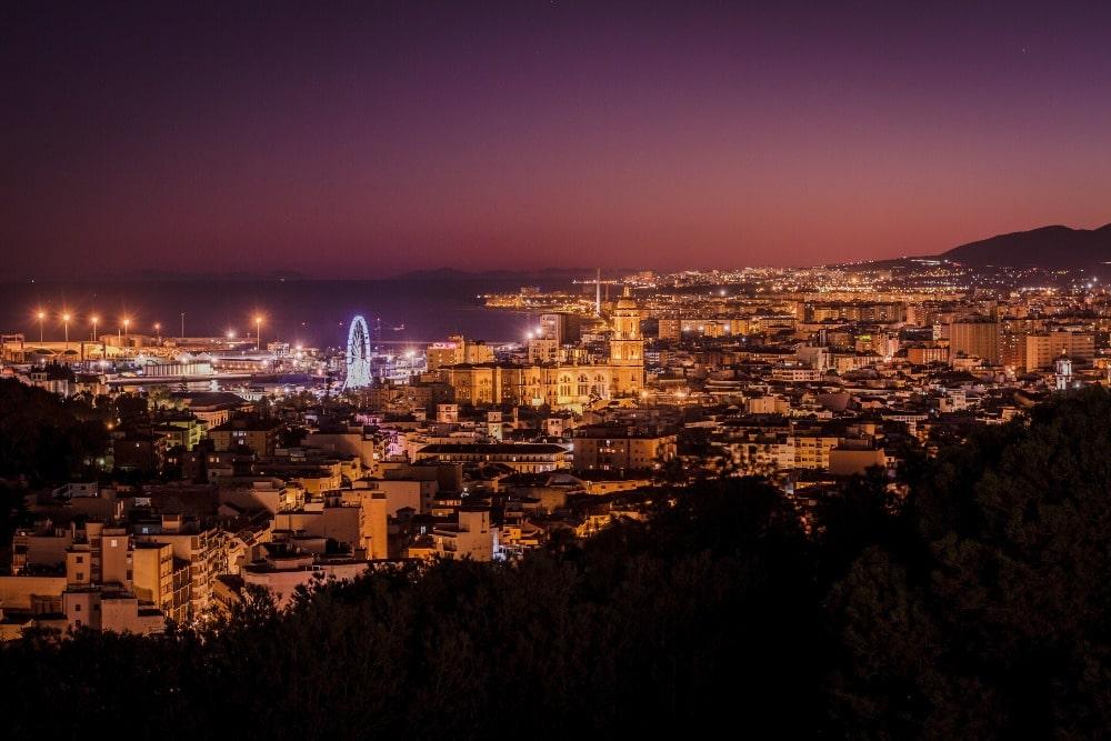 Vista nocturna desde el Mirador de Gibralfaro en Málaga - sitio romántico donde decir Te Quiero