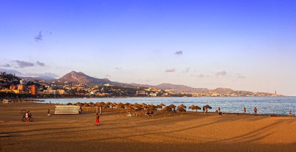 Flankieren Sie den Strand von La Malagueta in Malaga