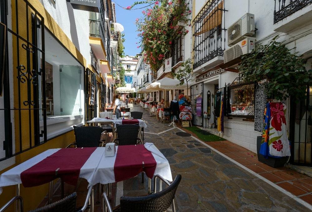 Straat in de oude stad Marbella leidt naar restaurant El Balcón de la Virgen