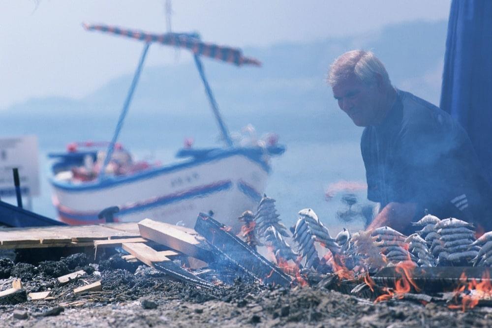 Espetos de sardinas en la playa de la Costa Tropical, en Granada