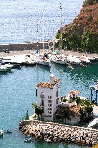 Jachthaven Marina del Este op het strand van la Herradura, in Almuñécar