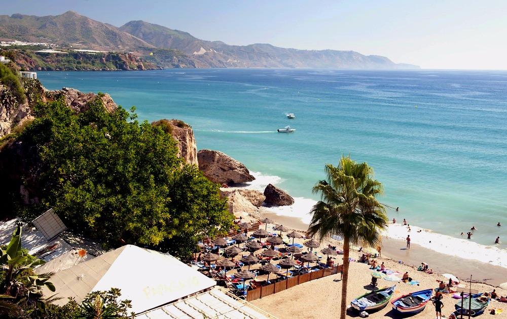 Playa de Calahonda en Nerja - mejores playas de Andalucía