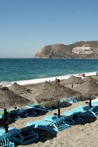 Rustige deining  op het strand van la Herradura, in Almuñécar