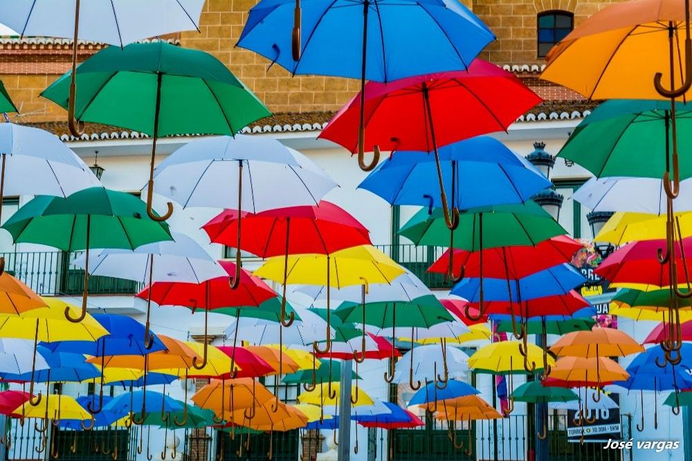 Regenschirmen in der Plaza de la Constitución in Torrox