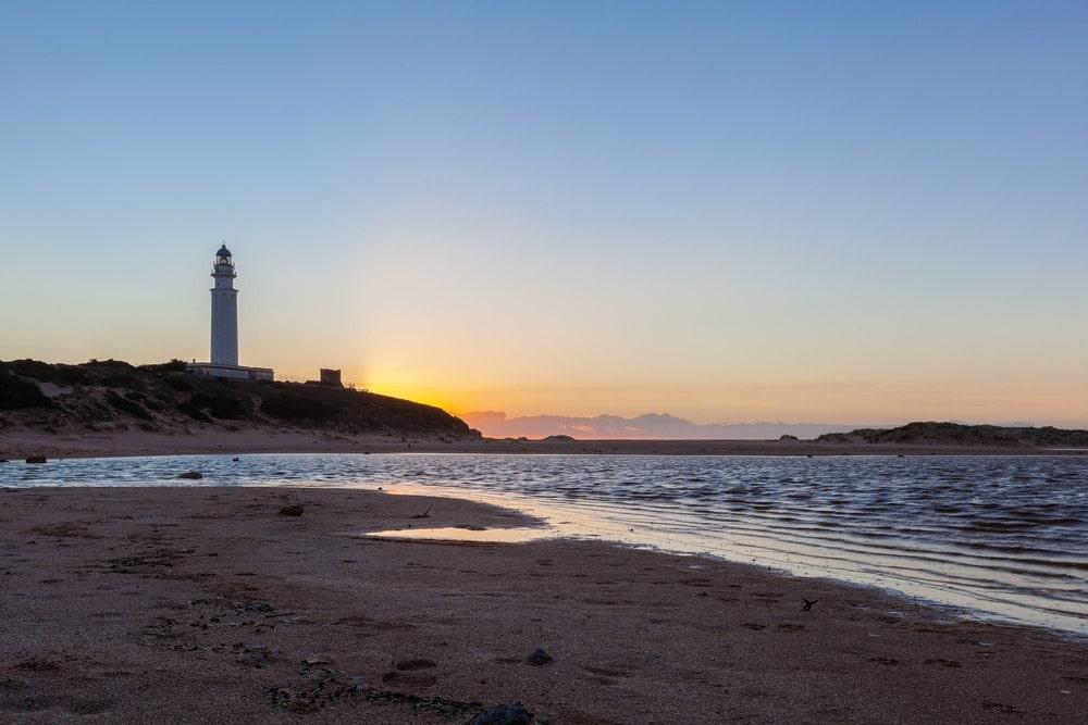 Strand van Faro de Trafalgar bij zonsondergang