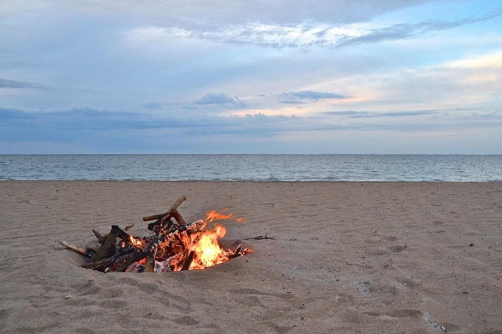 Vreugdevuur op het strand voor San Juan - juni in Malaga