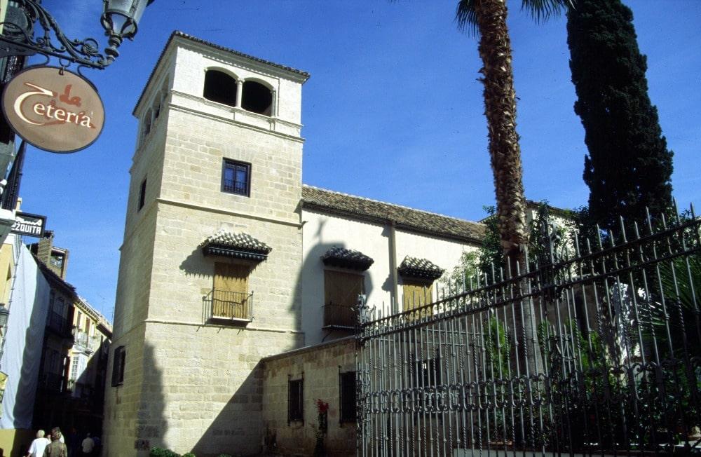 Buitenperspectief van Picasso-museum in de straat San Agustín