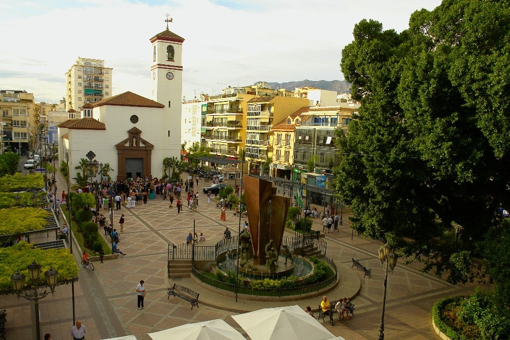 Het Constitution Square in Fuengirola - hoofdplein (stadhuis van Fuengirola)