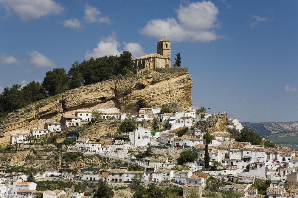 Kasteel en kerk van La Villa in Montefrío (Granada)
