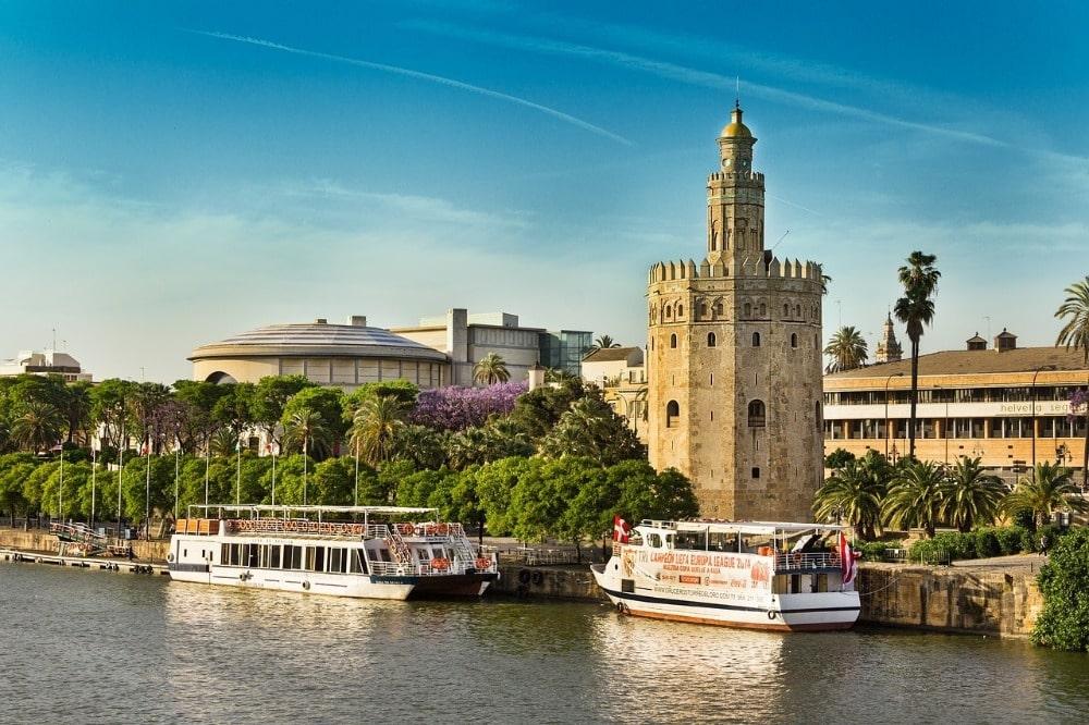 Mei in Sevilla - rivieroever van de rivier Guadalquivir
