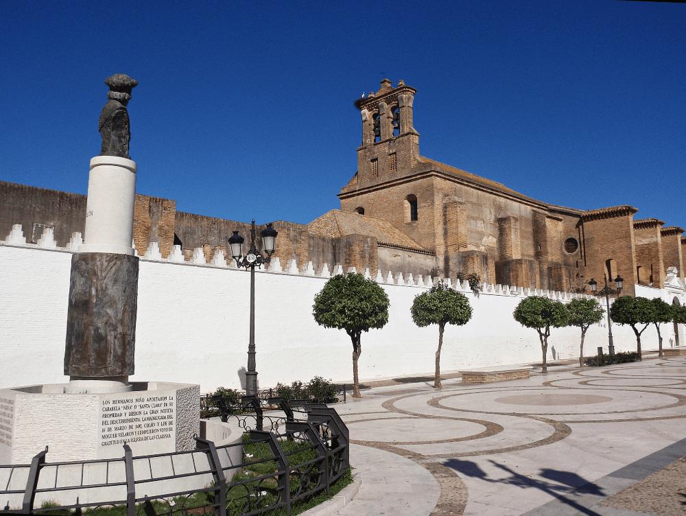 Monumento a Colón mirando hacia el Monasterio de Santa Clara en Moguer