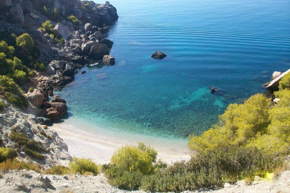 Ongerept strand van La Caleta de Maro in Nerja