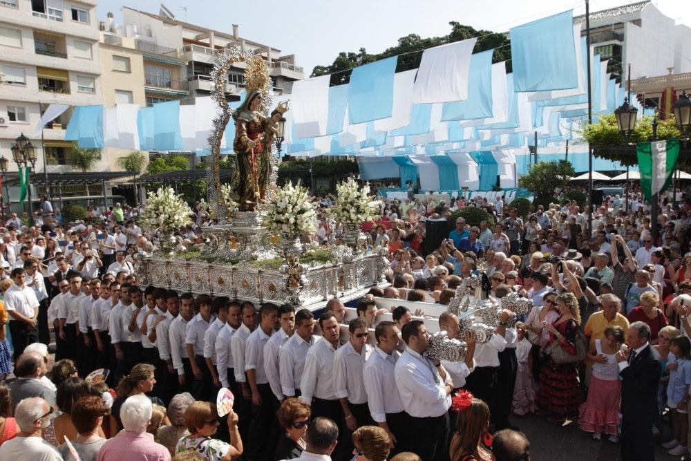 Processie Virgen del Rosario tijdens beurs in Fuengirola (stadhuis van Fuengirola)