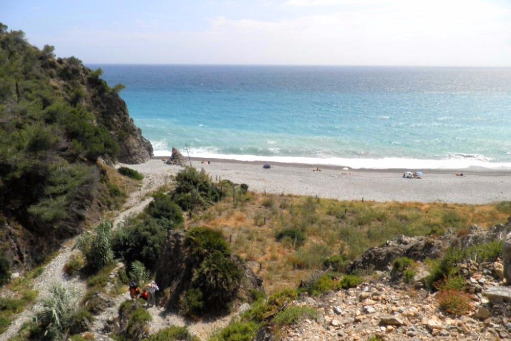 Einsame Strand von Cala del Pino in Maro (Nerja)
