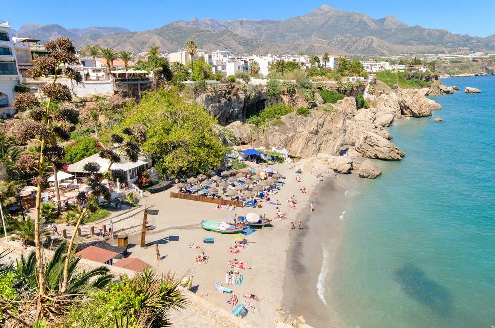 Nerja Strand im Juli zu gehen